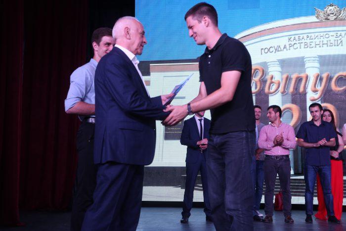 В КБГУ вручили дипломы выпускникам химикам и биологам