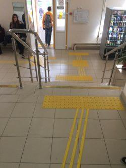 Перед входной группой и по пути движения инвалида внутри здания предусмотрены тактильные плитки и полосы