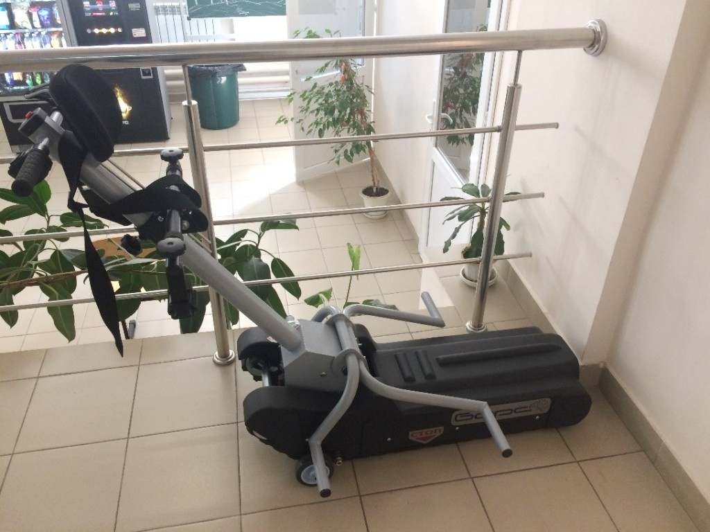 Для перемещения инвалидов-колясочников внутри корпуса предусмотрен гусеничный подъемник