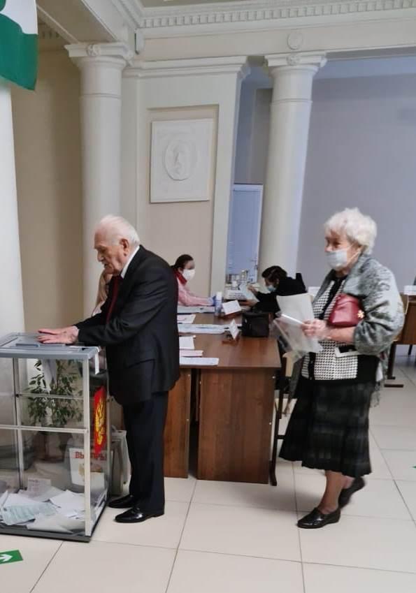 Ветераны – на избирательном участке в медколледже КБГУ